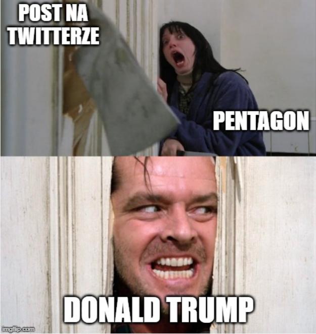 """Obrazek przedstawia mem z filmu lśnienie. Górna część wbijana siekiera przez drzwi i podpis: """"post na twitterze"""". Krzycząca kobieta z podpisem: """"pentagon"""". Dolna częśc obrazka. Jack Nikolson patrzący przez dziure w drzwiach podpisany: """"Donald Trump""""."""