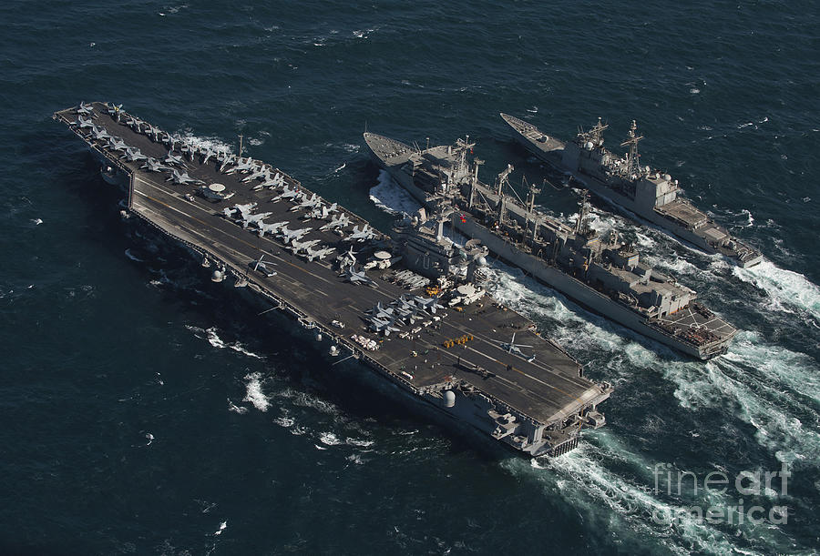 Amerykański lotniskowiec i krążownik podczas procedury RAS (Replenishment at sea)