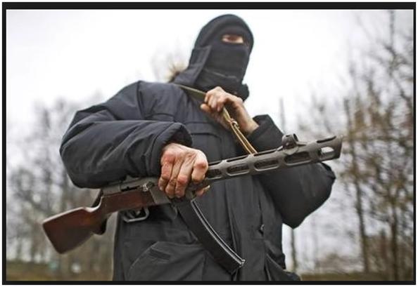 Prorosyjski separatysta uzbrojony w pistolet maszynowy PPSz-41. (Źródło: Russinform.net)