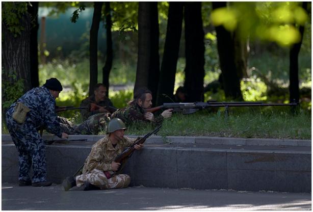 Oddział prorosyjskich żołnierzy uzbrojony w rusznicę przeciwpancerną PTRS-41, rok 2014. (Źródło: https://sovietarmorer.wordpress.com/2014/10/13/ptrs-41-and-ptrs-41-rifles-in-action-at-the-conflict-in-ukraine/)
