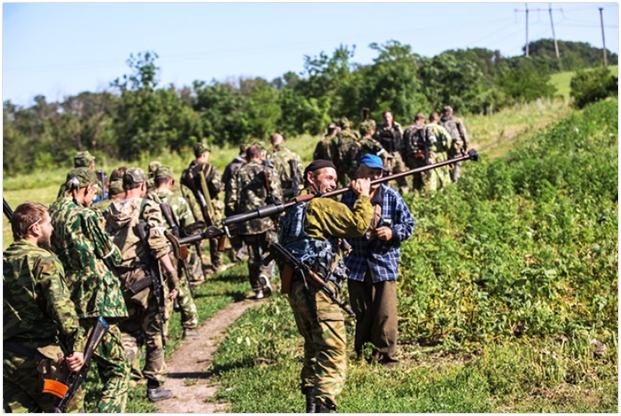Kolumna prorosyjskiej piechoty. jeden z bojowników niesie rusznicę przeciwpancerną PTRD, rok 2014. (Źródło: https://sovietarmorer.wordpress.com/2014/10/13/ptrs-41-and-ptrs-41-rifles-in-action-at-the-conflict-in-ukraine/)