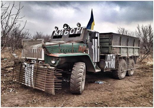 """Ukraińska ciężarówka osłonięta prowizorycznym pancerzem listwowym. Napis na kabinie """"Cyborg"""". (Źródło: https://cont.ws/@andrejknyazev/302945)"""