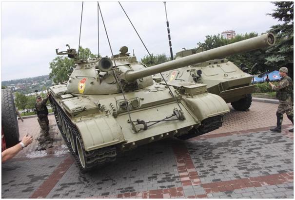 Sowiecki czołg średni T-54 przygotowywany przez separatystów do transportu z muzeum w Doniecku, lipiec 2014. (Źródło: https://wiadomosci.dziennik.pl/swiat/artykuly/463929,roska-oczekuje-od-ue-adekwatnej-reakcji-ws-dzialan-kijowa-wobec-cywilow.html)
