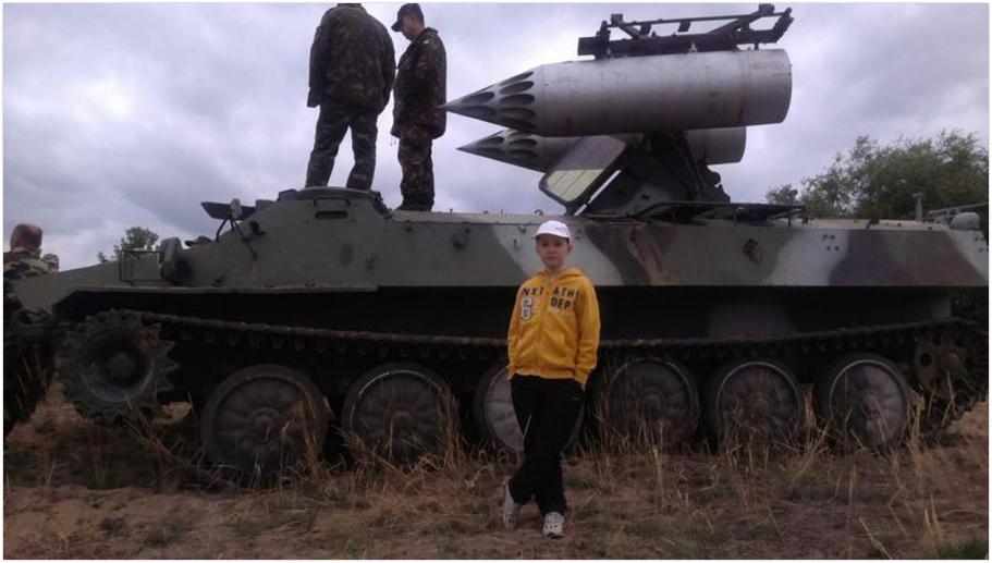 Gąsienicowy transporter opancerzony MT-LB z zamontowaną wyrzutnią rakiet S-8. Donbas sierpień 2015.  (Źródło: https://twitter.com/choochumustache/status/760570234684276736)
